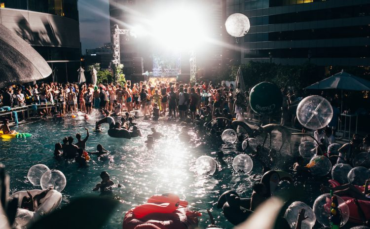 songkran_splash_away_WIDE_SHOT_NIGHT_1