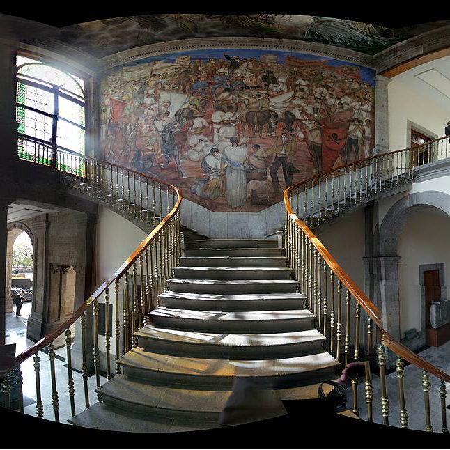 https://en.wikipedia.org/wiki/Chapultepec_Castle#/media/File:Escalier_entr%C3%A9e_ch%C3%A2teau_Chapultepec.jpg